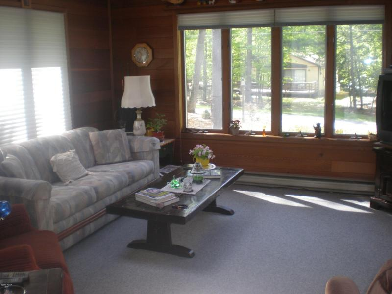 Come Live At The Lake! Exceptionally Well-Kept Ranch For Sale In Woodland Hills!
