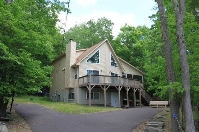 """RECENTLY REDUCED! This Chalet Located in The Hideout is In Move In Condition and Can Be Sold """"Turn Key"""" with Most Furnishings! Spacious Floor Plan Ideal for a Large Family or For You and Your Guests. Featuring 5 Bedrooms and 3 Full Bathrooms. A Great Spac"""