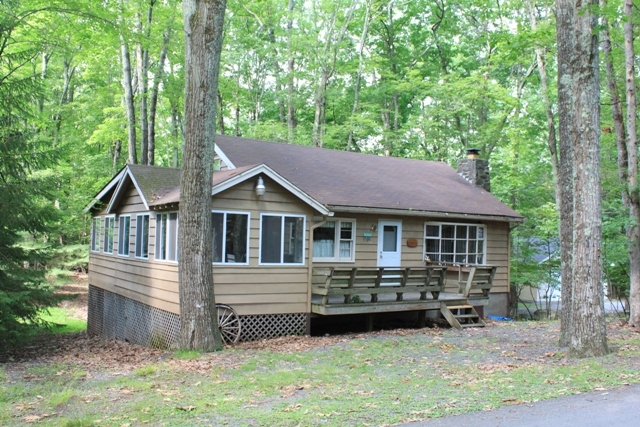 RECENTLY REDUCED!! This Spacious and Woodsy Ranch Offers 4 Bedrooms Plus a Sleeping Loft and 2 Bathrooms! Perfect for a Large Family Coming to The Lake, Whether it's a Weekend Getaway or a Whole Summer Excursion. Easy Access to Lake Wallenpaupack via a Mo