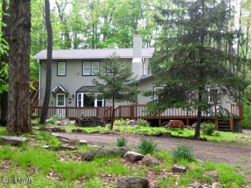 New Listing !!! This contemporary retreat is perfect for instant enjoyment. Total Privacy all around on this secluded lot. Plenty of room for family & friends in this 3 to 4 Bedroom, 2 Bath Mountain Retreat. Enjoy both family room & living room w/Fireplac