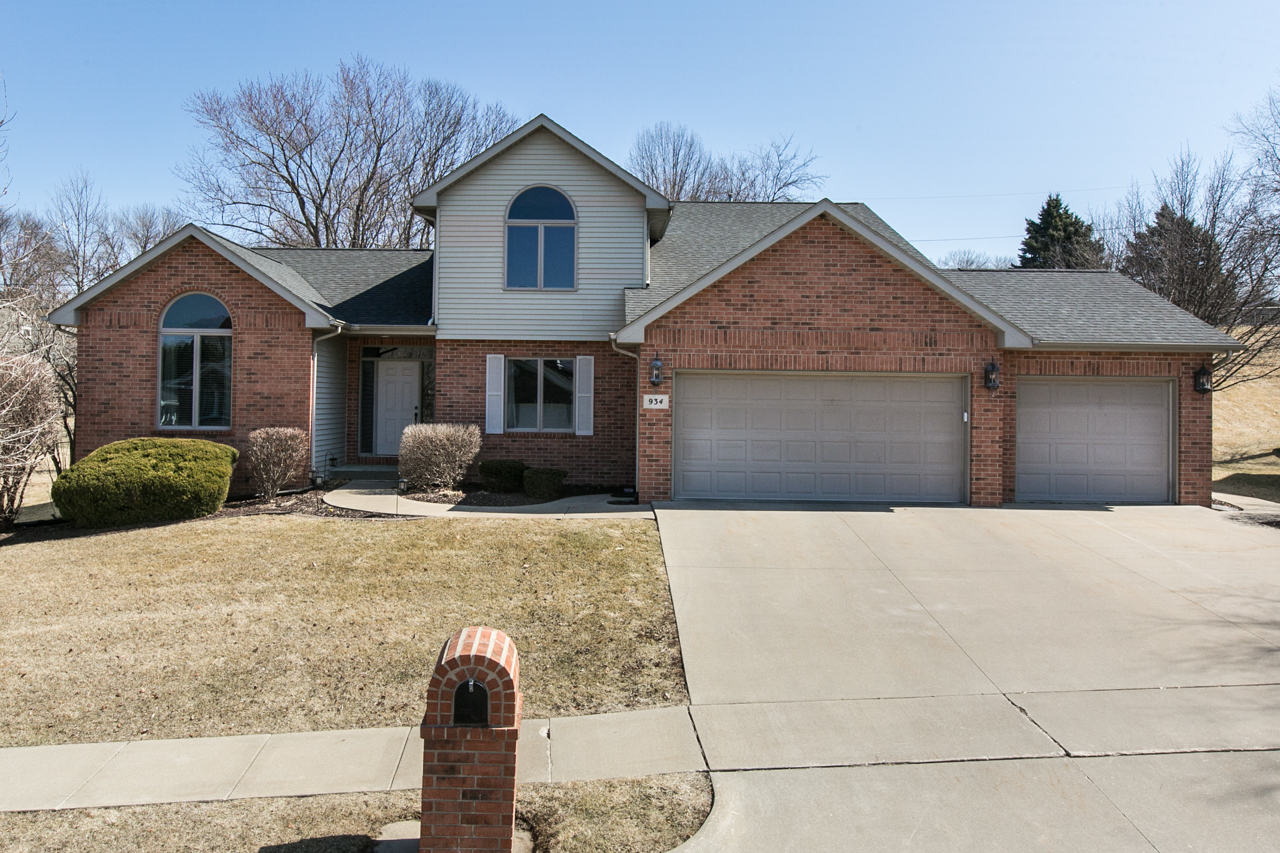 NEW LISTING | OPEN HOUSE Offered by Jason Conrad | 934 Barbaralee Dr.