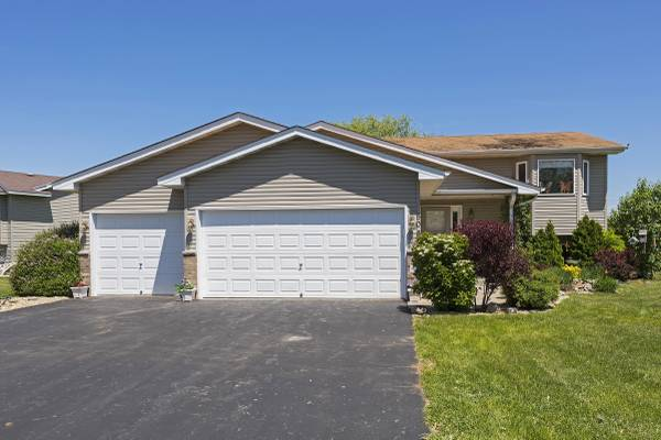 JUST LISTED! Great 3bd/2ba Isanti home with perennial gardens!